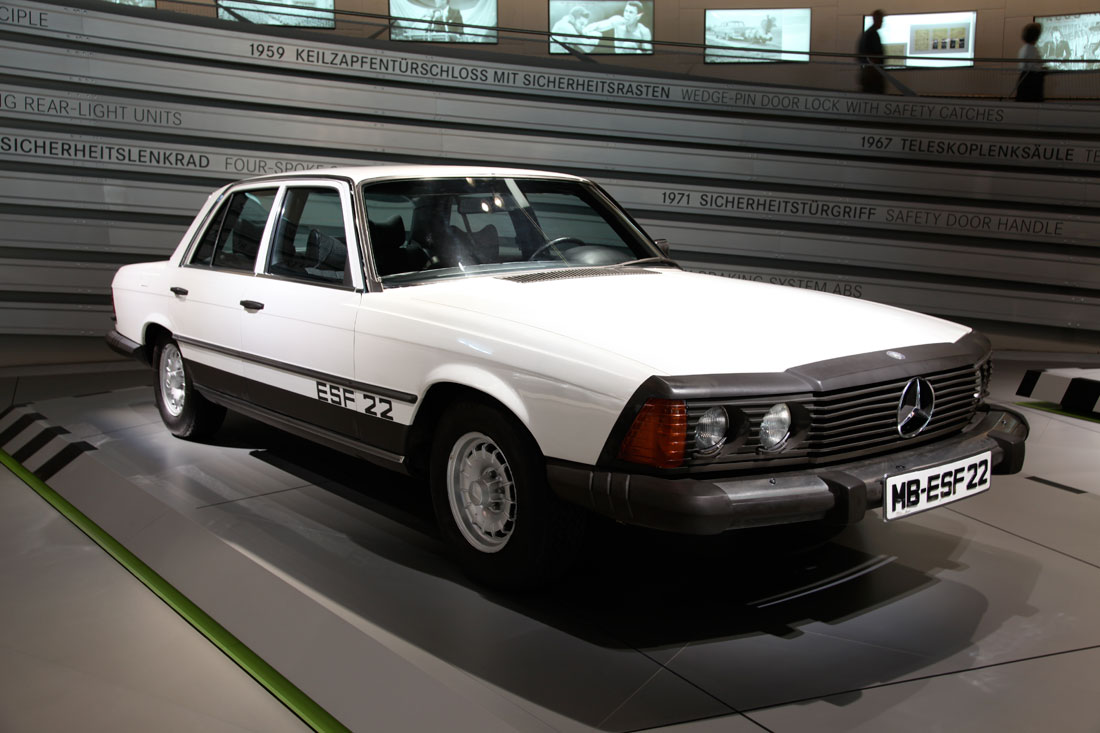 First car ever to feature an airbag at the mercedes benz for Mercedes benz airbags