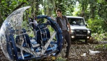 Chris Pratt und die Mercedes-Benz G-Klasse am Set von Jurassic World.  //  Chris Pratt and the Mercedes-Benz G-Class on the set of Jurassic World.