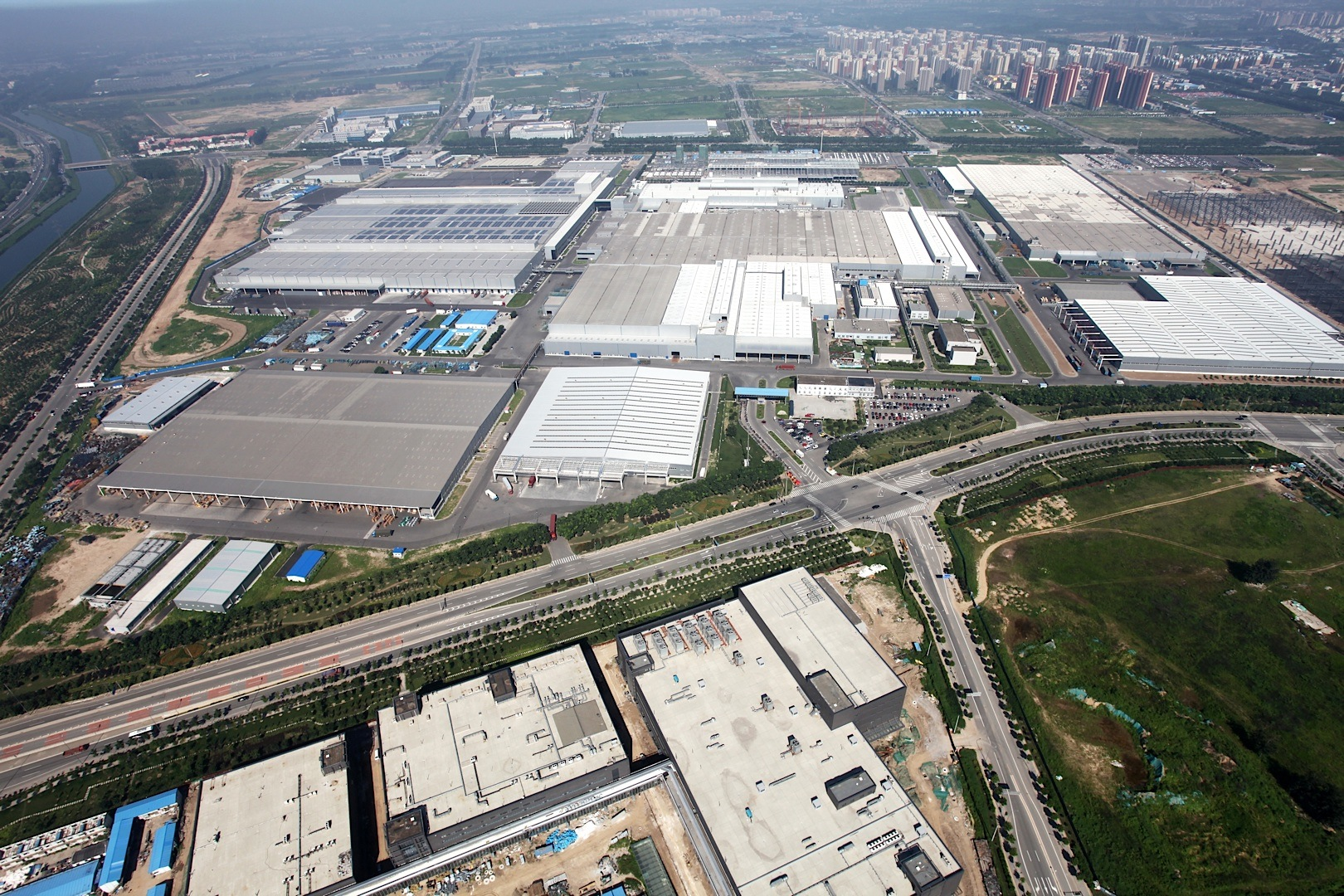 Next milestone for Daimler in China: Mercedes-Benz engine plant at Beijing Benz celebrates grand opening. / Meilenstein für Daimler in China: Mercedes-Benz Motorenwerk in Peking offiziell eröffnet.