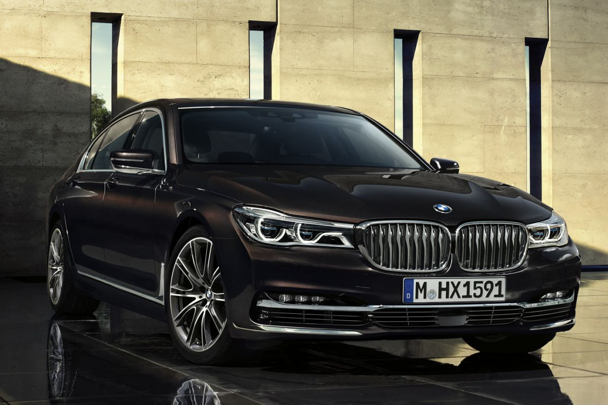 the new bmw 7 series is here and it 39 s ok mercedesblog. Black Bedroom Furniture Sets. Home Design Ideas
