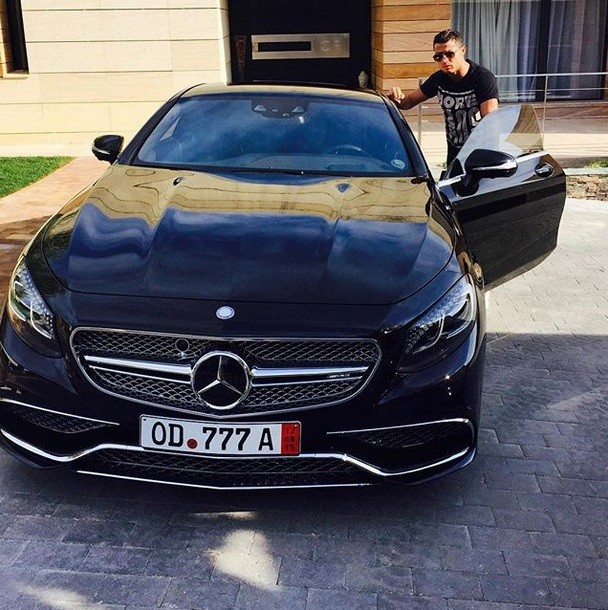 a galactic car for a galactic star cristiano ronaldo gets a mercedes s65 amg coupe mercedesblog. Black Bedroom Furniture Sets. Home Design Ideas