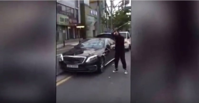 Angry man smashes Mercedes with a golf club. VIDEO