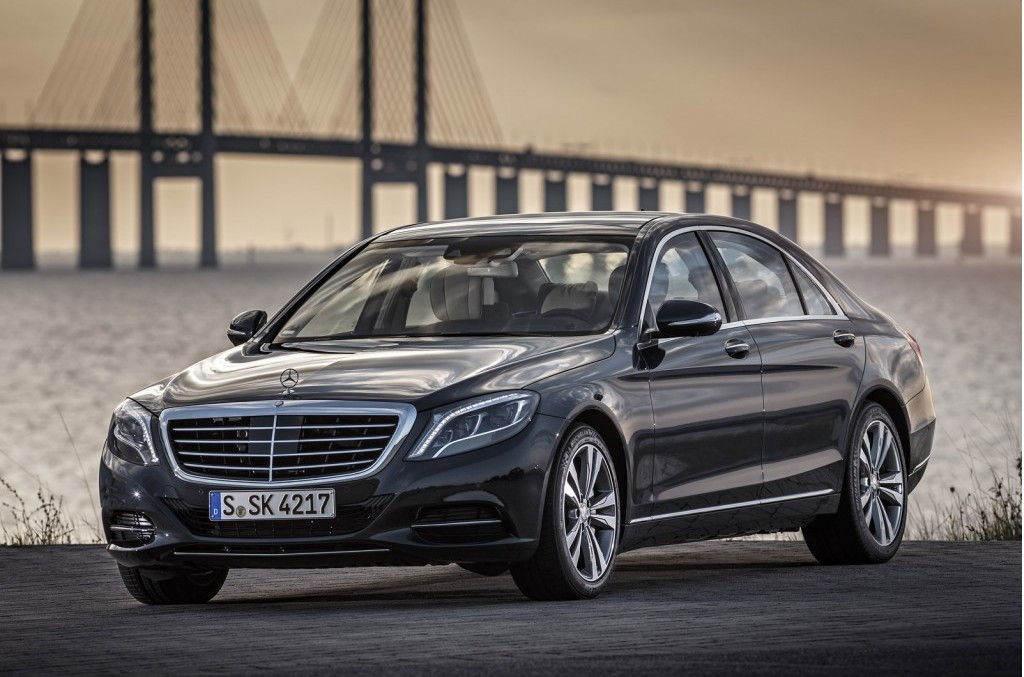 The 2017 mercedes benz 500e plug in hybrid goes wireless for Mercedes benz 500 e