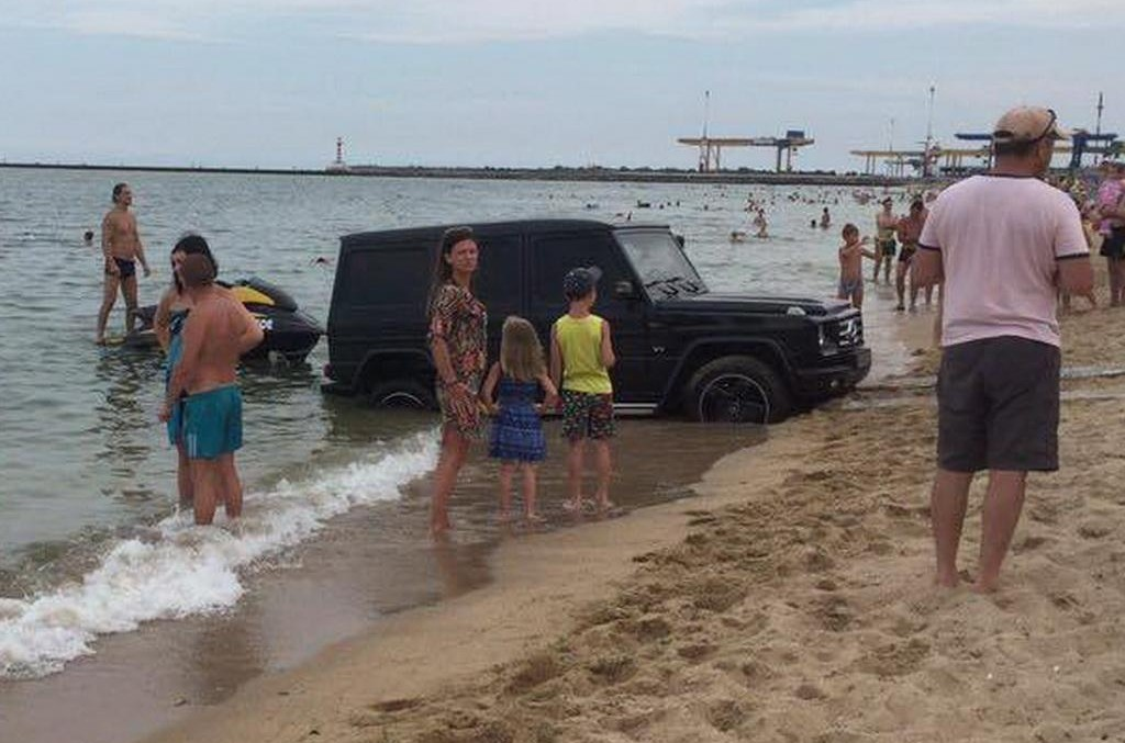 Mercedes-Benz G-Class nearly drowned in Ukraine