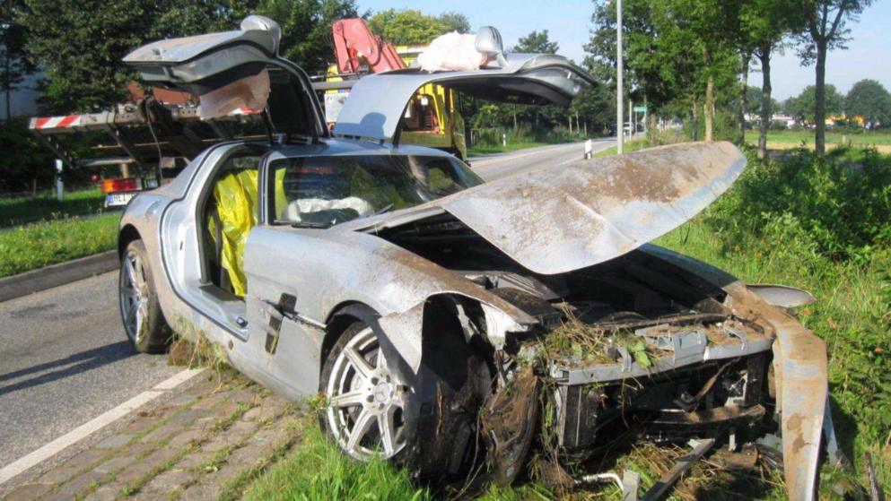 Mercedes SLS AMG sent directly to the scrap yard by reckless driver