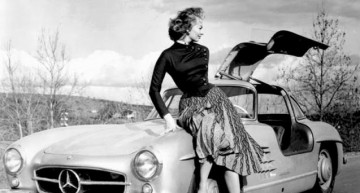 Cars are a girl's best friend – Sophia Loren, madly in love with her Mercedes 300 SL