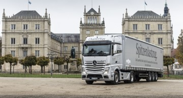 Merry Christmas, Your Majesty! Mercedes-Benz truck delivers the Royal Christmas tree