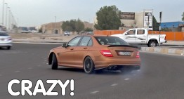 Drifting in the roundabout – Mercedes C 63 AMG driver goes crazy in the street