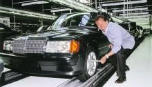 Der letzte Mercedes-Benz 190 E 2.5-16 (1988 bis 1993) der Baureihe 201 verlässt am 17. Mai 1993 im Werk Bremen das Band. Klaus Ludwig, amtierender Deutscher Tourenwagen-Meister, legt bei der Endabnahme symbolisch Hand an. Denn seinen Titel holt Ludwig 1992 mit dem Rennsport-Tourenwagen 190 E 2.5-16 Evolution II, welcher auf der Hochleistungslimousine basiert. The last Mercedes-Benz 190 E 2.5-16 (1988 to 1993) of the 201 series left the production line in Bremen on 17 May 1993. Klaus Ludwig, the reigning DTM Champion, symbolically lent a hand during the final inspection. This is because Ludwig won his 1992 title with the 190 E 2.5-16 Evolution II racing touring car based on the high-performance saloon.