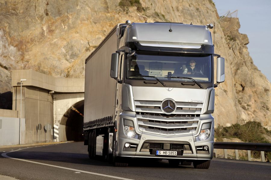 A foot lever and a quarter: Test drive Actros 1951