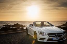 Mercedes-Benz SL joga bonito in the city of Porto