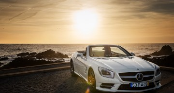 Mercedes-Benz SL joga bonito in the city of Porto
