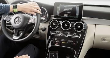 """MB Companion AppZielsicher von Tür-zu-Tür mit der MB Companion App: Die MB Companion App ermöglicht es Mercedes-Benz Kunden; nach Zielen auf der Apple Watch oder dem iPhone zu suchen und diese dann als komplette """"Tür-zu-Tür-Navigation"""" mit ihrem Fahrzeug zu verknüpfen."""