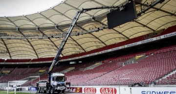Tough job for the Arocs truck at the Mercedes-Benz Arena