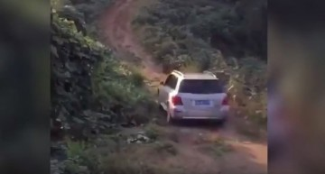 Driver tries to climb the Mercedes-Benz GLK up the hill. See how he ends up!