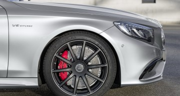 "Mercedes-AMG S 63 4MATIC  Cabriolet ""Edition 130"" (Fuel consumption combined: 10.4 l /100 km; combined CO2 emissions: 244 g/km; Kraftstoffverbrauch kombiniert: 10,4 l/100 km; CO2-Emissionen kombiniert: 244 g/km)Exterieur: AMG Alubeam silberexterior: AMG alubeam silver Stoffverdeck Rot / fabric soft top red"