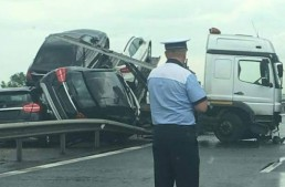 SHOCKING ACCIDENT. Truck full of new Mercedes cars rolls over on highway