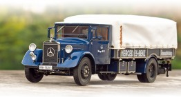 CMC Mercedes-Benz LO 2750: Racing car transporter hero