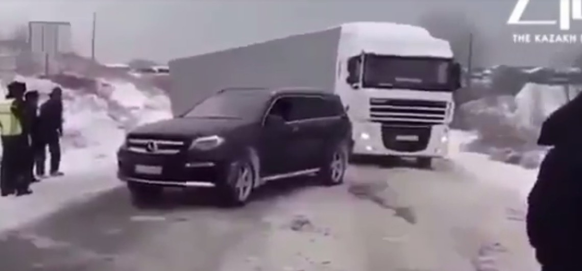 The almighty Mercedes-AMG GLS 63 4MATIC pulls derailed truck