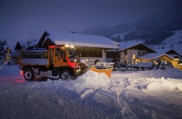 Unimog U 430 is out to play in the snow at dawn