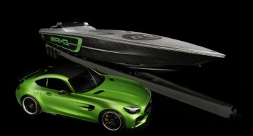 "Die ""Green Hell Magno""-Lackierung auf dem Boot schafft die Verbindung zum Mercedes-AMG GT R und der legendären ""Nordschleife"" des Nürburgrings, auf der GT R eine Rundenzeit von 7:10,92 Minuten erreicht hat. Noch nie hat Mercedes-AMG so viel Motorsport-Technologie in ein Serienfahrzeug integriert. ;  The green hell magno paint details on the boat create an connection to the Mercedes-AMG GT R and the""North Loop"" of the Nurburgring racetrack where the GT R achieved an awe-inspiring 7:10.92 lap time. Never before has Mercedes-AMG packed so much motorsport technology into a production vehicle.;"