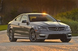 Thief drives away with Mercedes after receiving the car keys from the valet