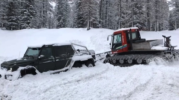 Mercedes G 63 AMG 6×6 stuck in snow