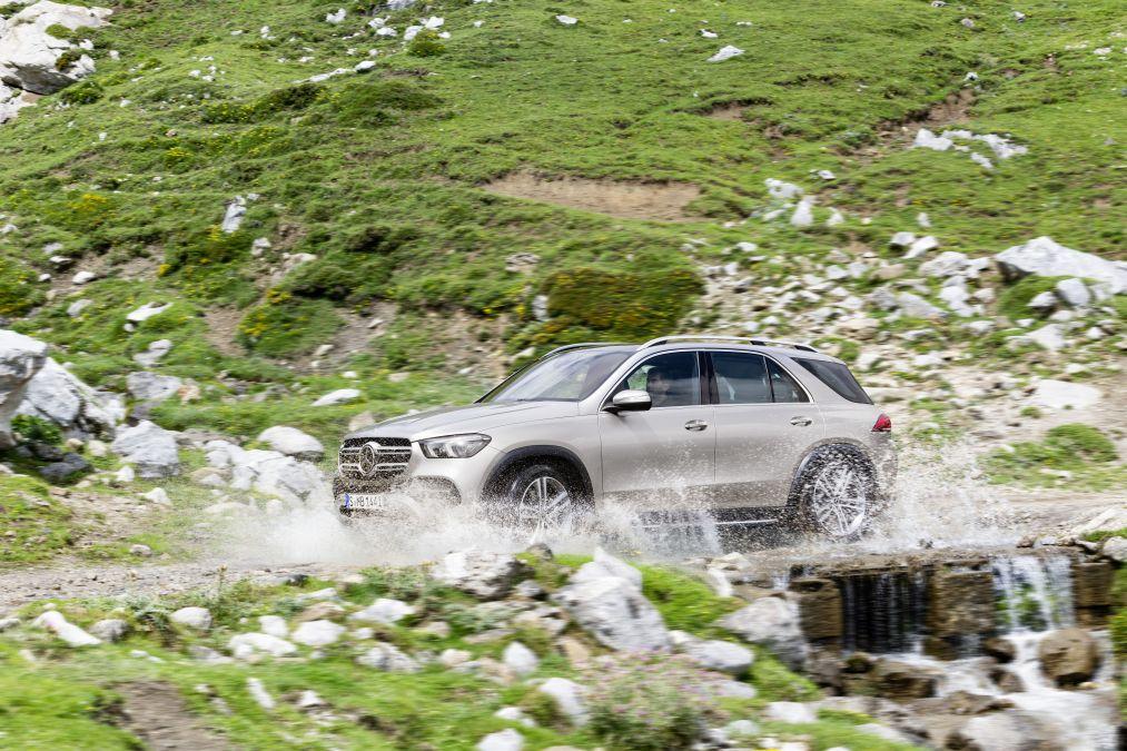 Daimler still strong, posts smaller quarterly revenue decrease than expected