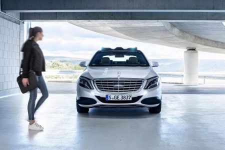 Co-operative Car - Mercedes-Benz shows how cars talk to pedestrians (1)