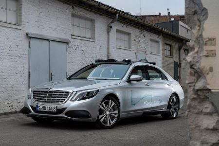 Co-operative Car - Mercedes-Benz shows how cars talk to pedestrians (9)