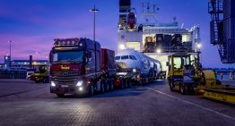 Spectacular: Mercedes-Benz Actros heavy-duty carries huge Airbus A 320