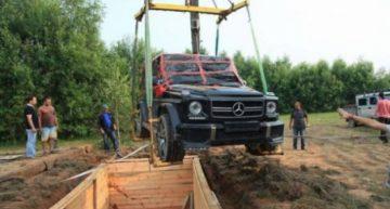 Buried alive. Mercedes-Benz G-Class found underground