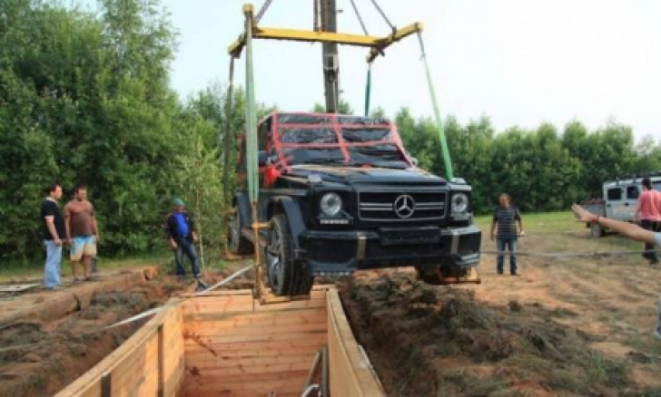Buried alive. Mercedes-Benz G-Class found underground
