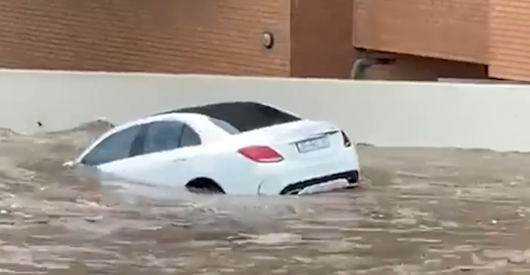 Dramatic footage shows Mercedes-Benz C-Class swept away by flood. VIDEO