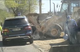 Mercedes-Benz ML versus excavator. Who wins?