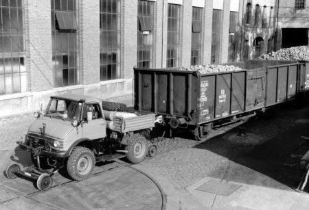 Mercedes-Benz Unimog tractor (1)