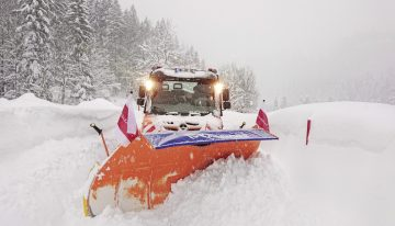 The Mercedes-Benz Unimog fights the snow in extreme winter