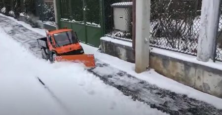 Miniature Unimog snow plow seems to be great fun (1)