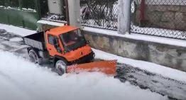 Miniature Unimog snow plow seems to be great fun