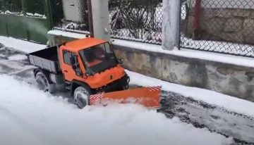 Miniature Unimog snow plow seems to be great fun