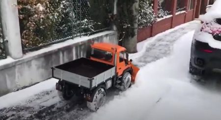 Miniature Unimog snow plow seems to be great fun (3)